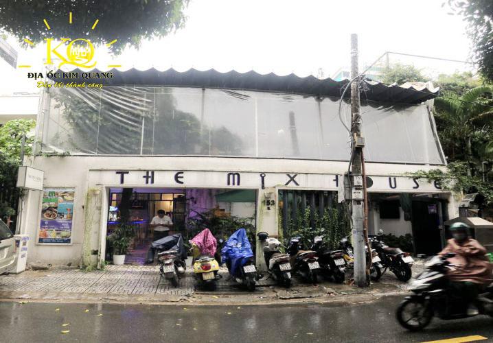 Phía trước nhà cho thuê nguyên căn đường Nguyễn Văn Thủ quận 1
