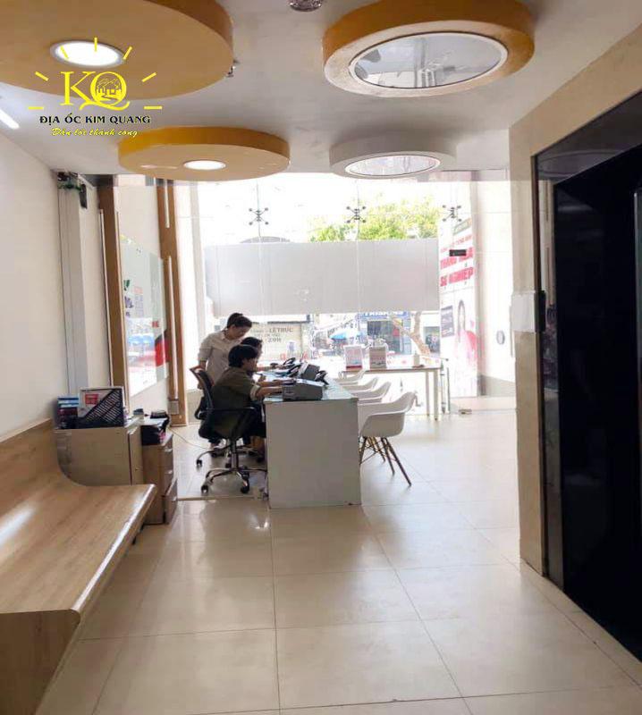 Sảnh tầng trệt tại tòa nhà cho thuê đường Nguyễn Văn Cừ quận 5