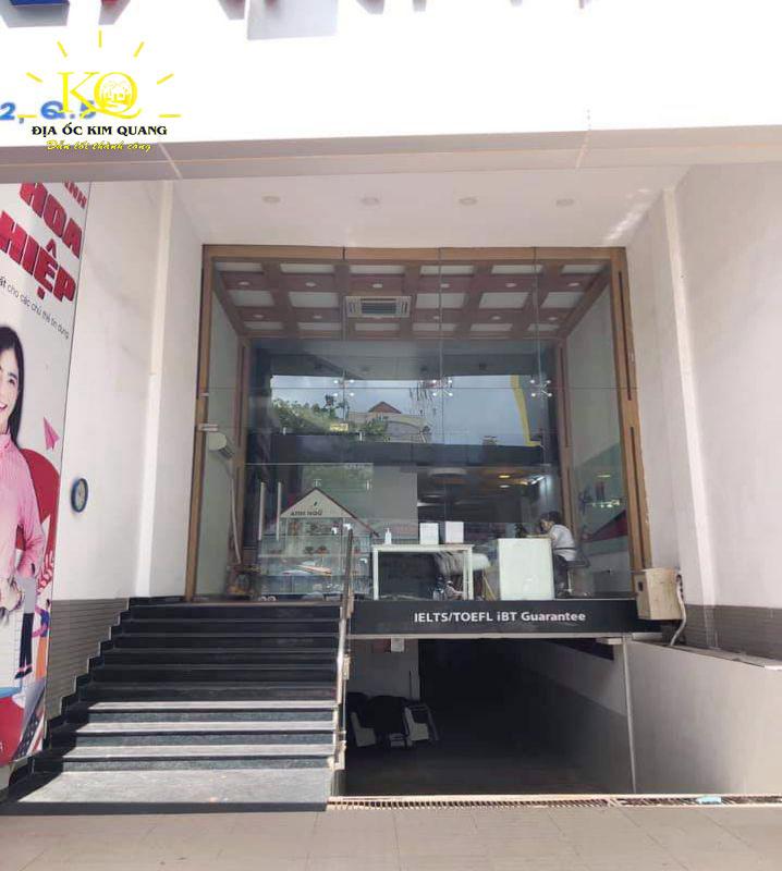Phía trước nhà cho thuê nguyên căn đường Nguyễn Văn Cừ quận 5
