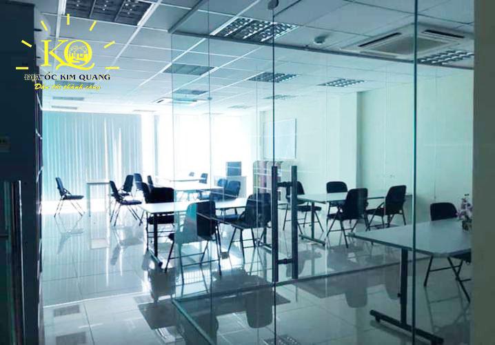 Văn phòng làm việc cửa kính bên trong nhà cho thuê nguyên căn đường Nguyễn Văn Cừ quận 5