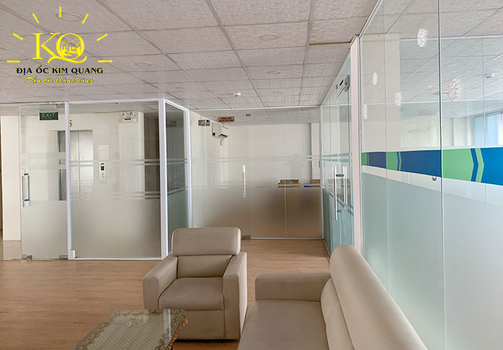 Một văn phòng làm việc được thiết kế sẵn nội thất bên trong nguyên tòa nhà văn phòng cho thuê đường Pasteur quận 1